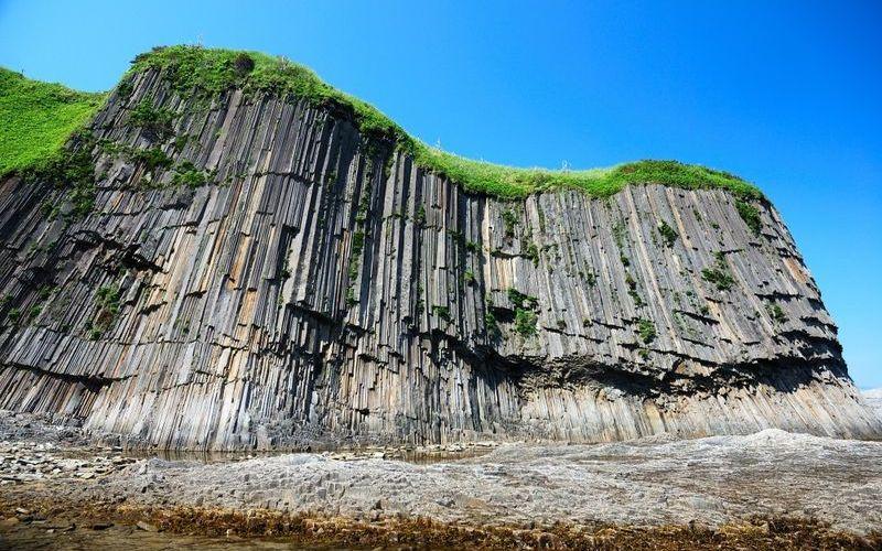 базальтовые столбы вулканического происхождения на мысе Столбчатый