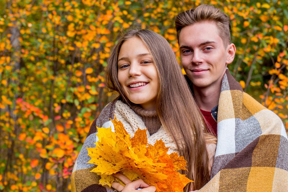 Романтическая пара в осеннем парке