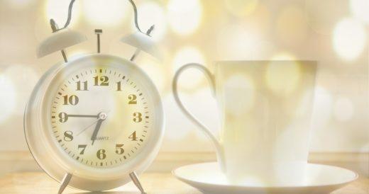 будильник со временем и чашка