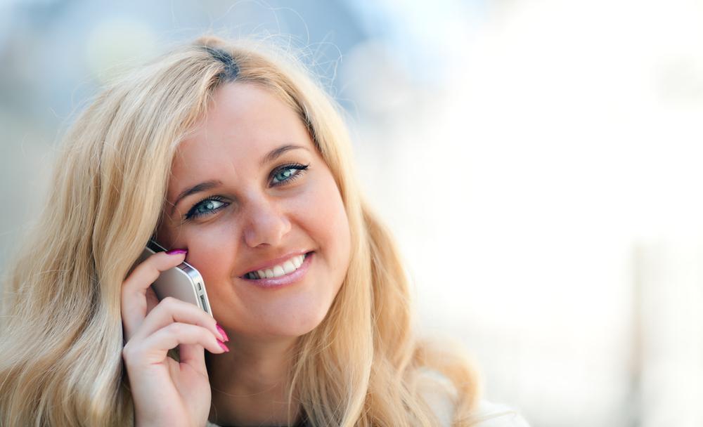 Добрая девушка разговаривает по телефону