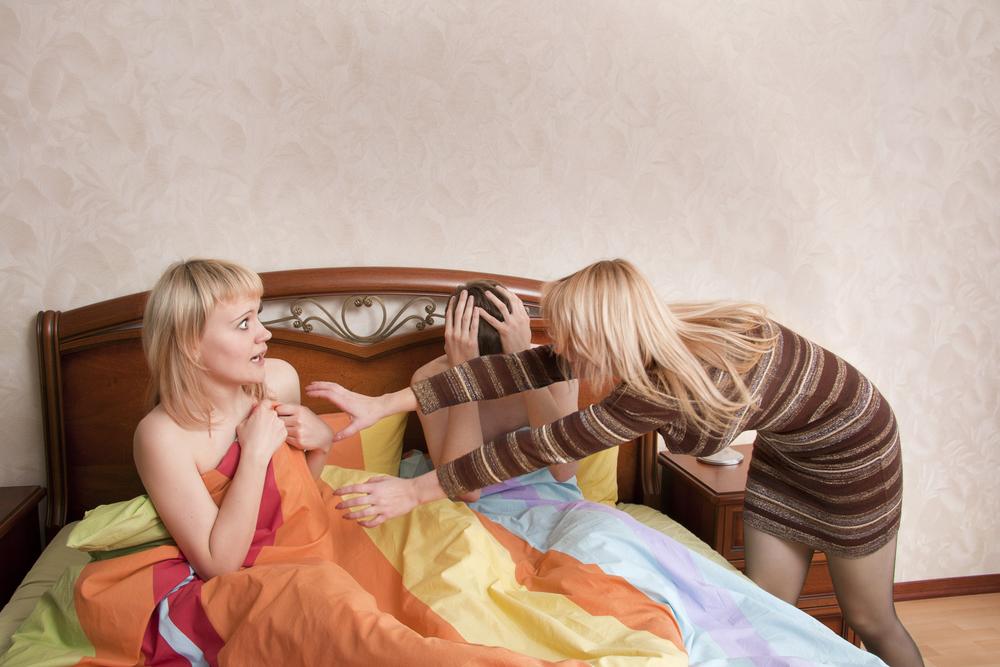 жена застала мужа с любовницей в постели
