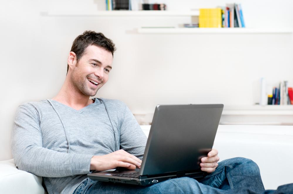 Молодой человек за ноутбуком