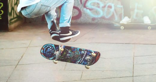подросток 12 лет катается на скейте