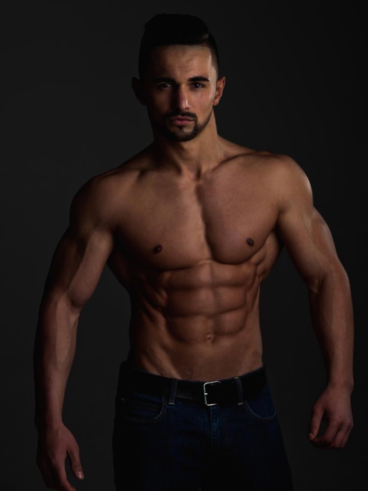 Молодой человек спортивного телосложения