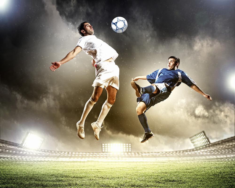 футболисты бьют мяч