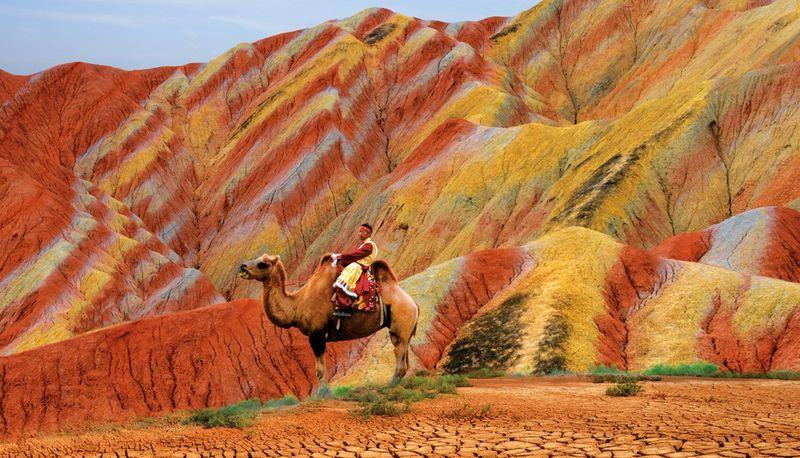 Горные в национальном геологическом парке Чжанъе Данься.