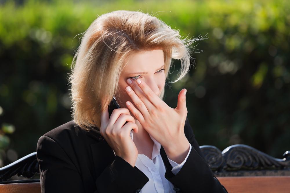 грустная женщина плачет разговаривая по телефону