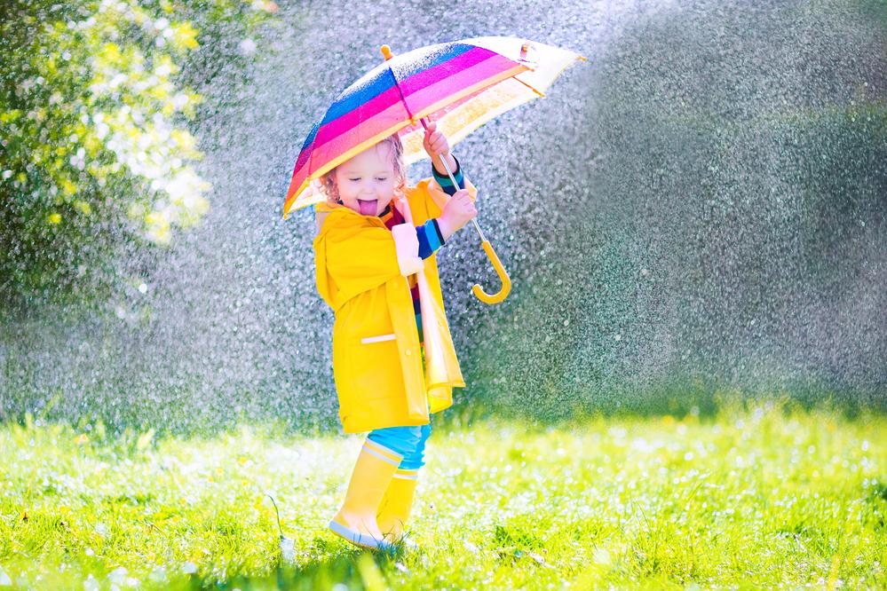 девочка с зонтом во время дождя