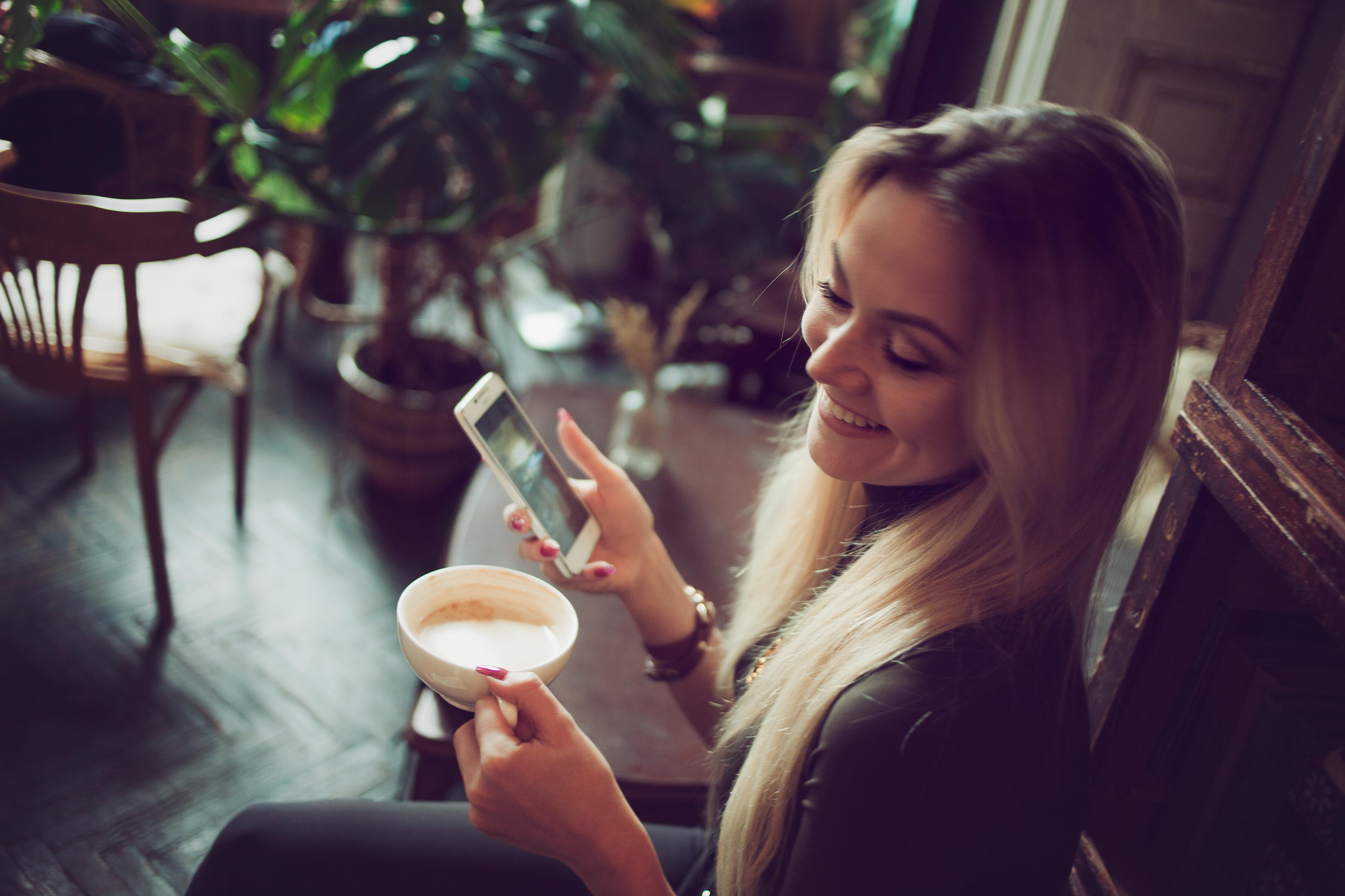 девушка в хорошем настроении