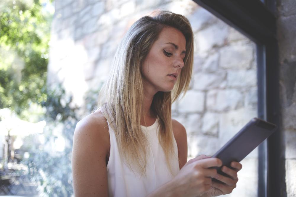 девушка избавляется в смартфоне от пережитого прошлого