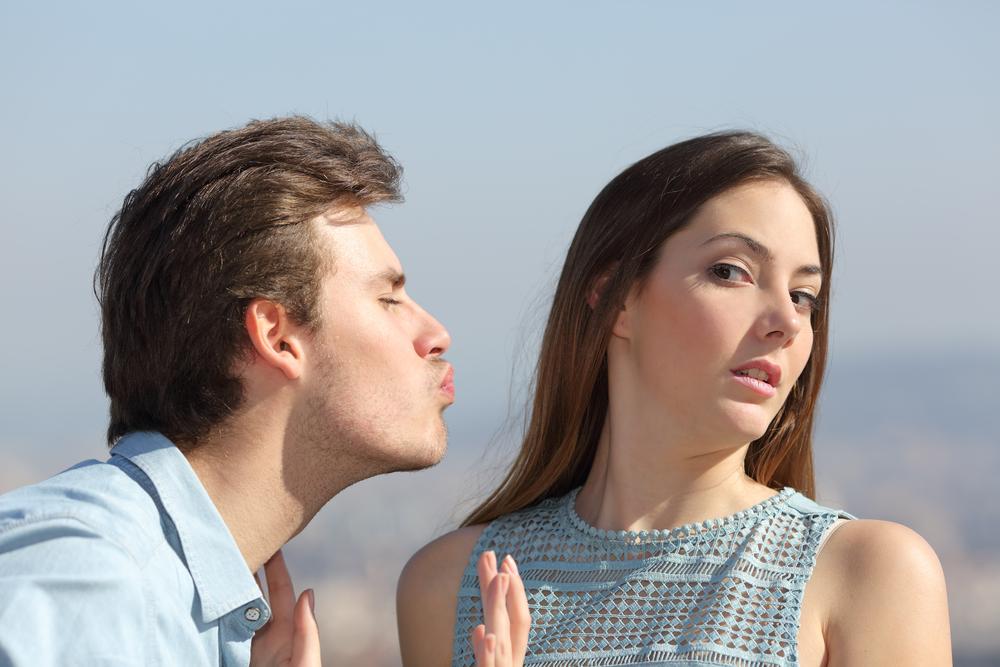девушка отвергает молодого человека