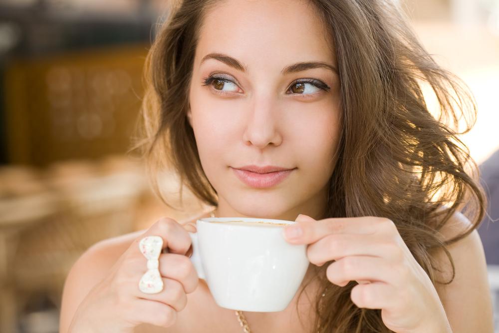 девушка пьет кружку кофе