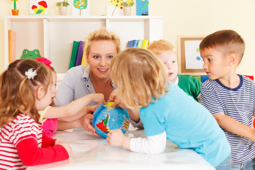 дети играют с мамой