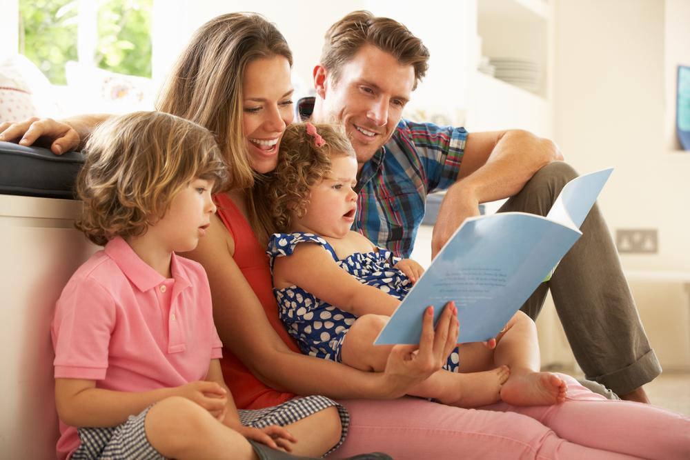 дети с родителями отгадывают загадки