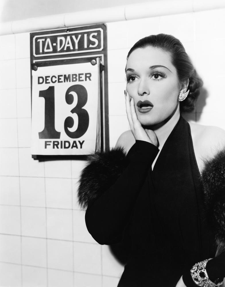 Женщина в шоке увидев на календаре 13-е пятница