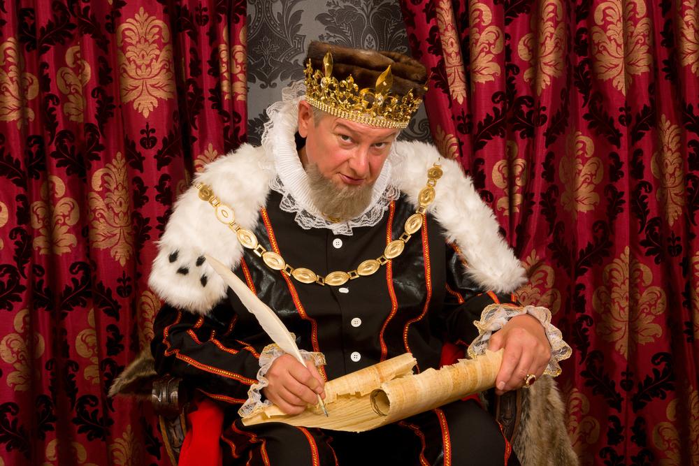 король с одетой короной