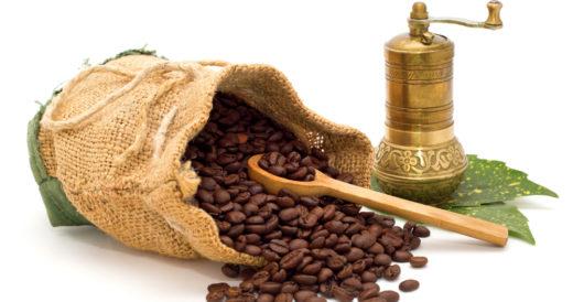 кофейные зерна и кофемолка