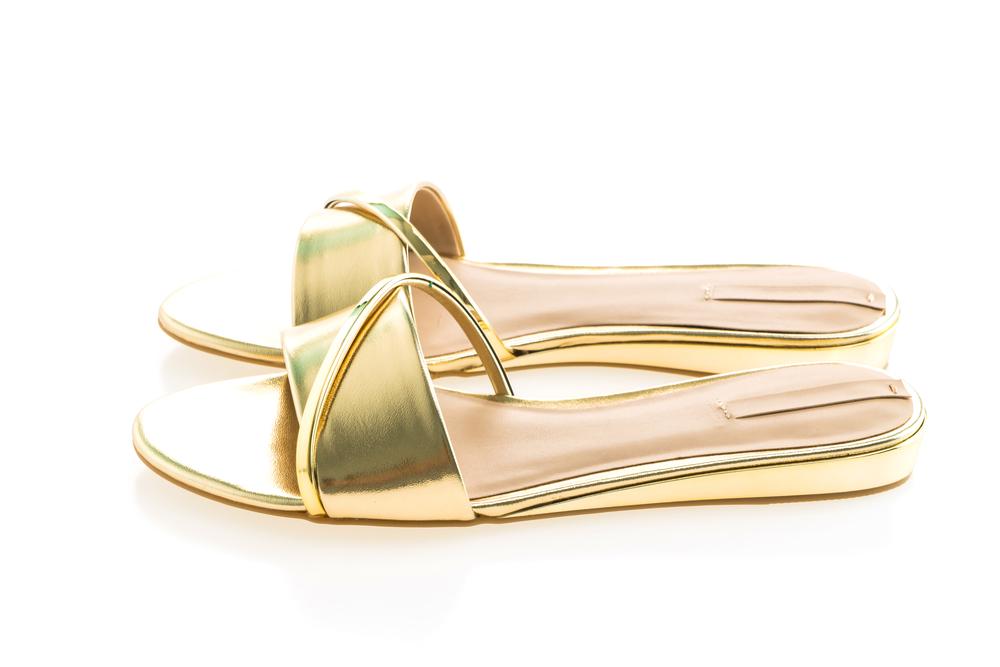 красивые золотые сандалии