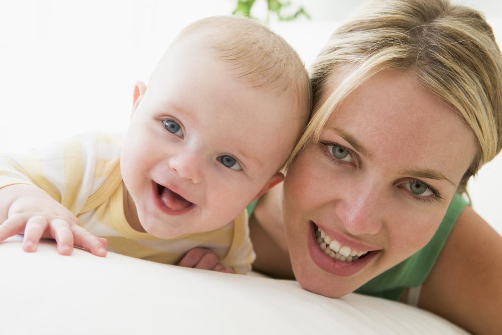 мать и ребенок улыбаются