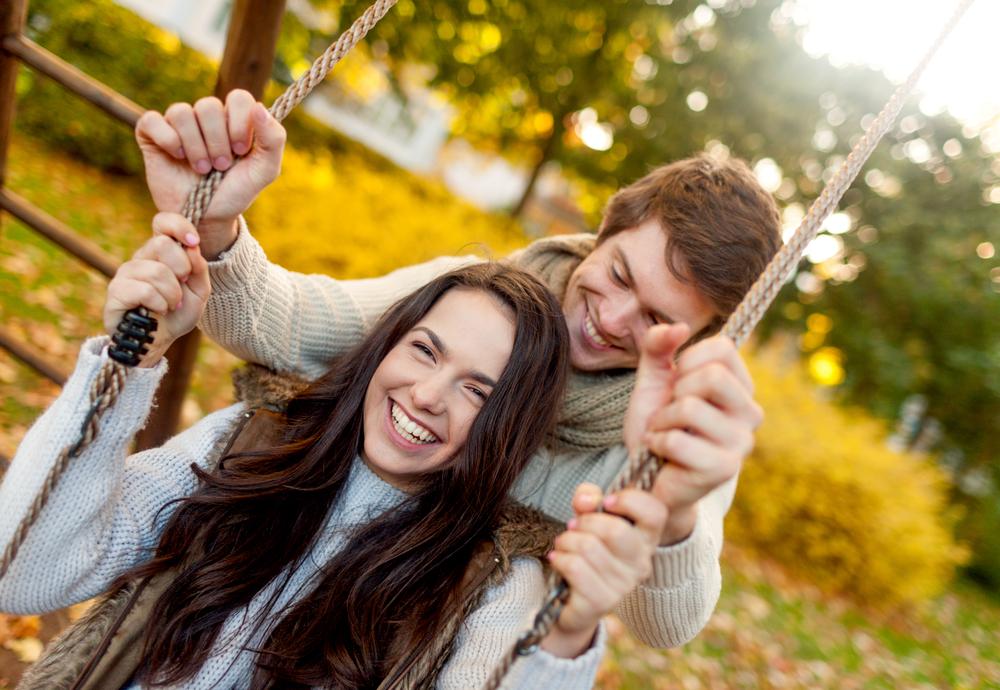 молодая пара в осеннем парке