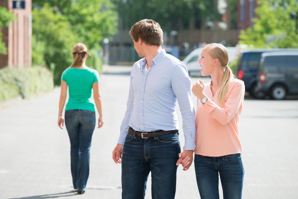 молодая пара ссорится из-за взгляда на другую девушку