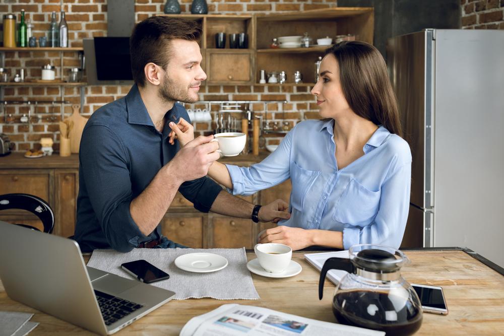 мужчина и женщина пьют кофе
