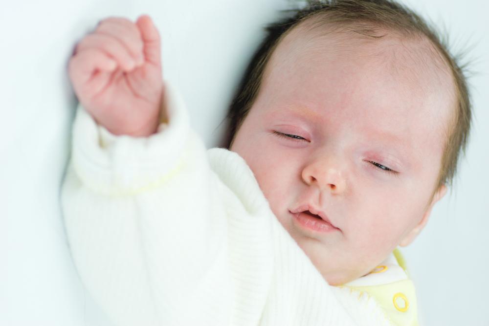 новорожденный ребенок спит