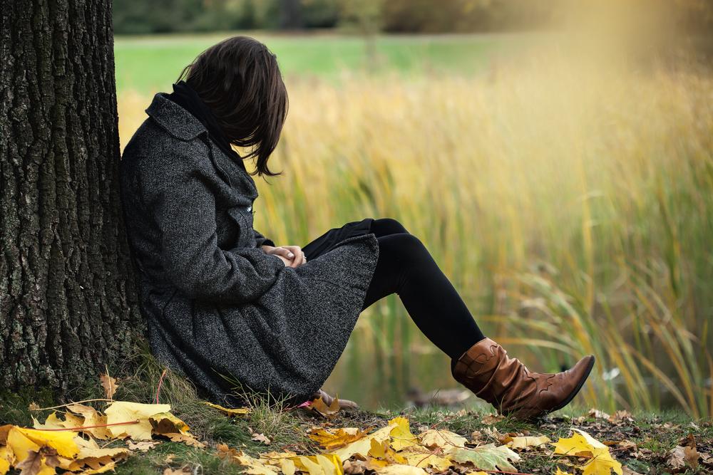 одинокая девушка грустит осенью
