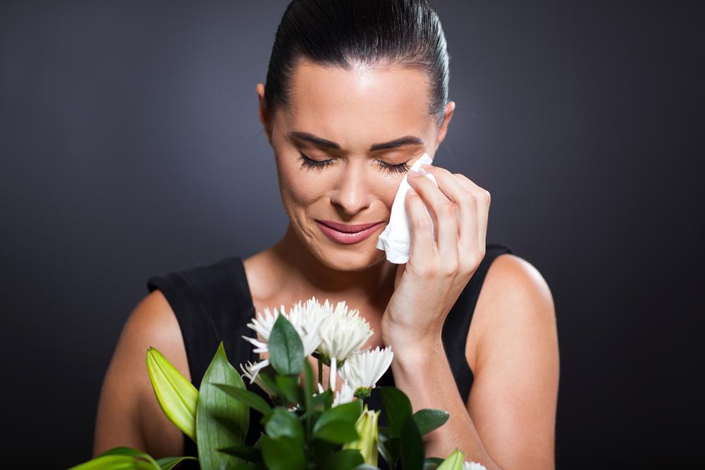 плачущая женщина на похоронах