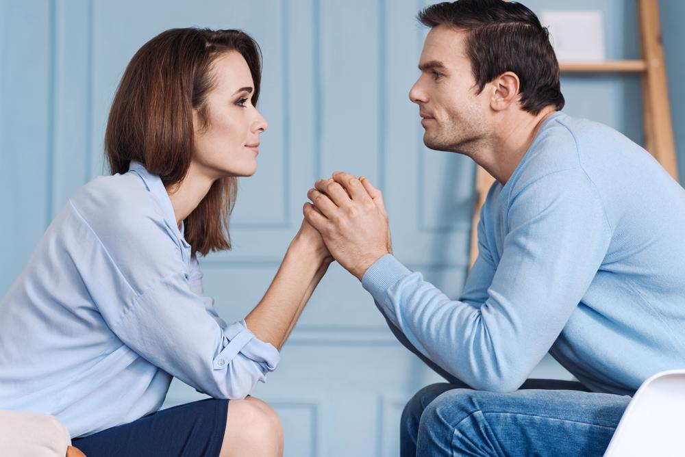 приятная молодая пара верит в любовь