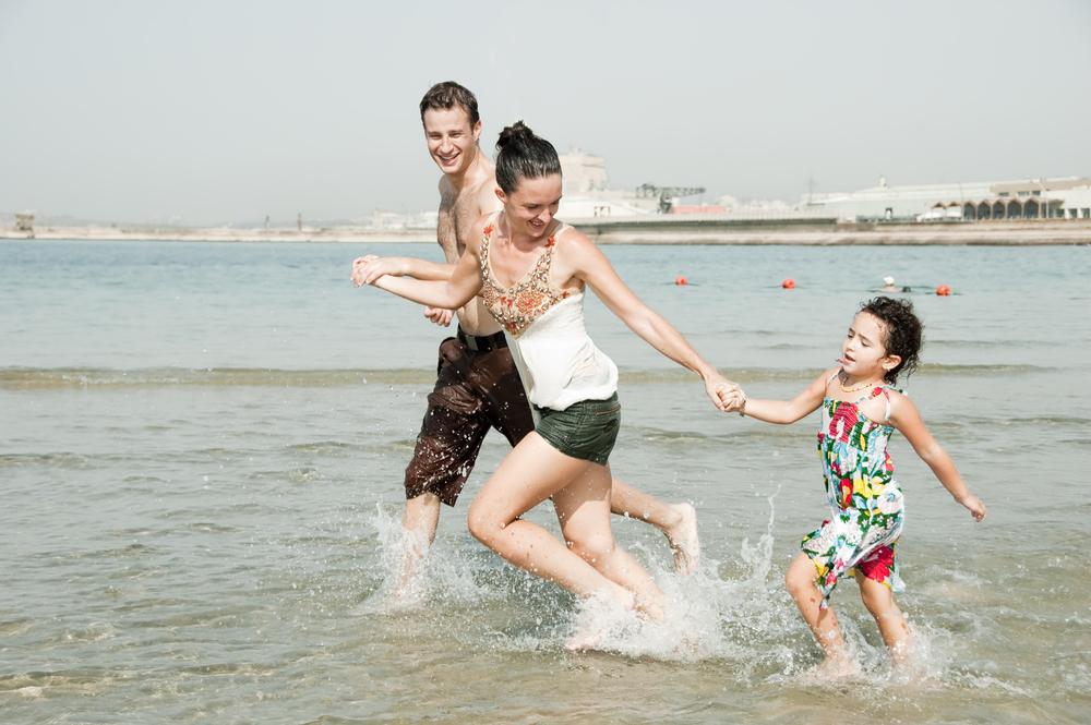 родители и дочь на море