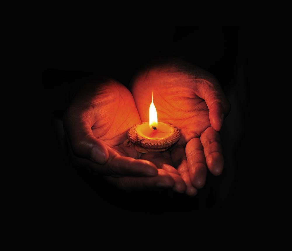 свеча горит в руках