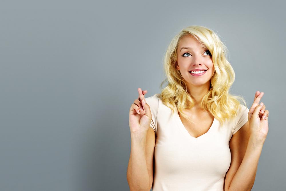 суеверная женщина с перекрещенными пальцами