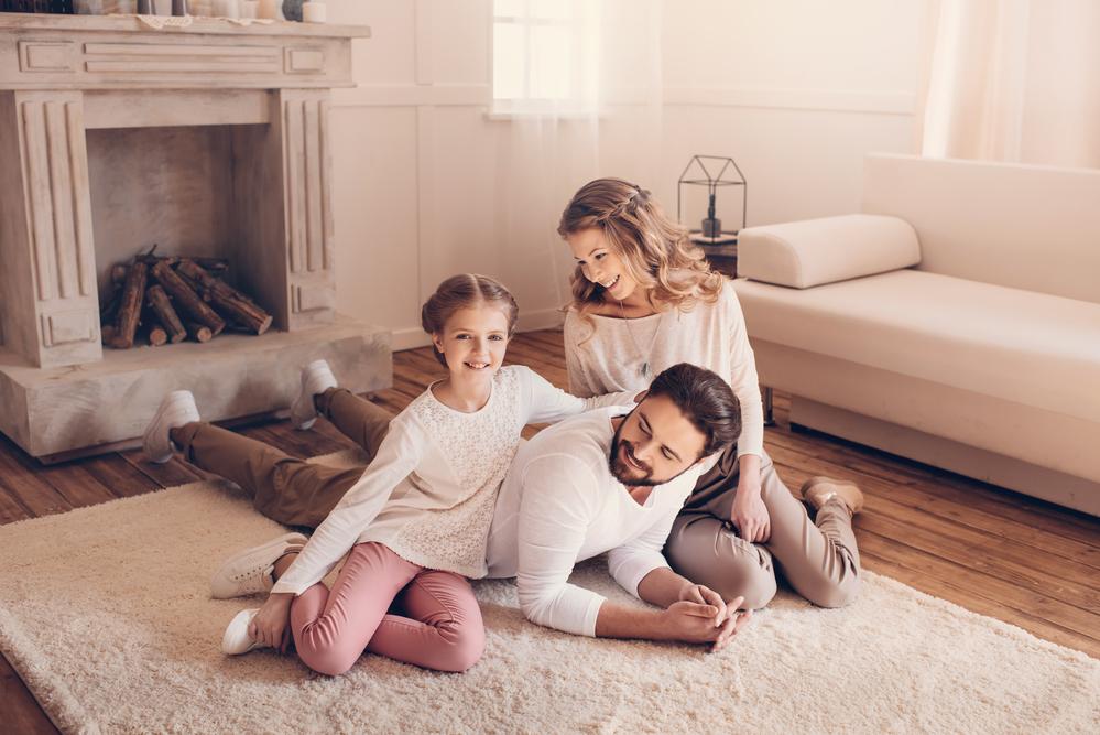 счастливая семья проводит время дома