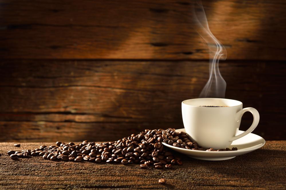 чашка ароматного кофе из зерен