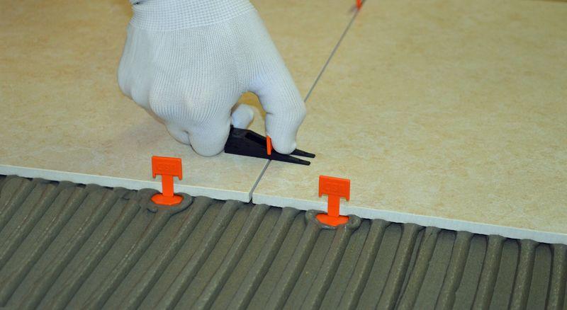 Как выравнять плитку