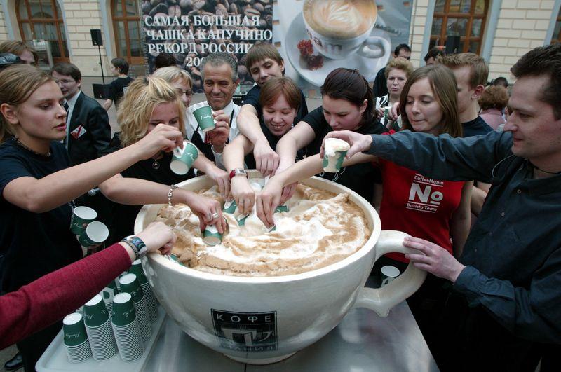 Рекорд: огромная чашка капучино в Москве