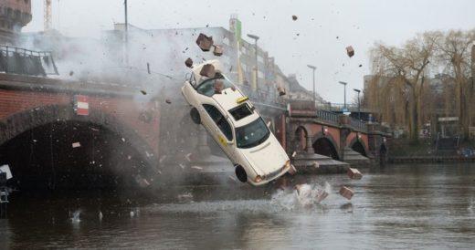 Автомобиль с моста