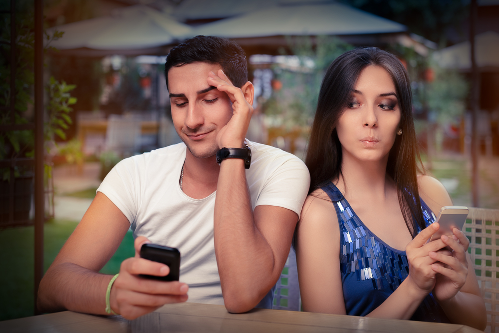 девушка ревнует парня