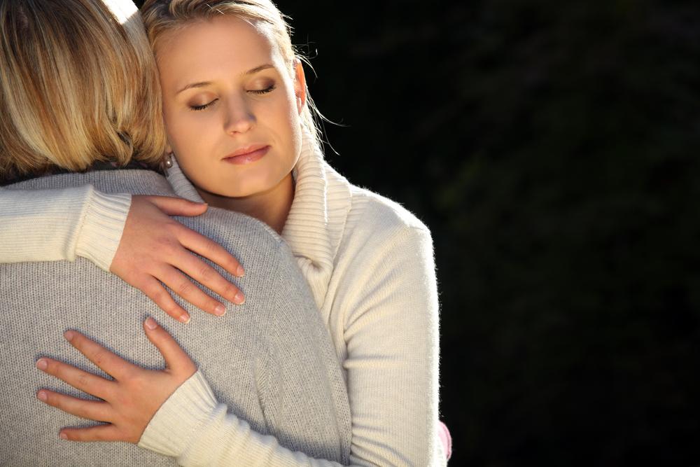 дочь утешает мать