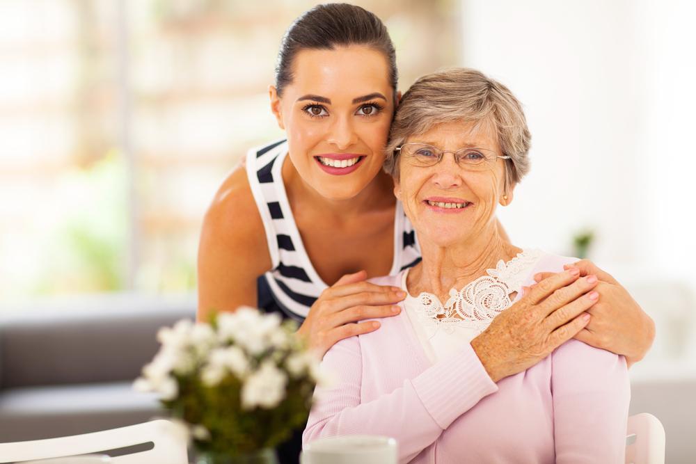 счастливая мама со старшей дочерью