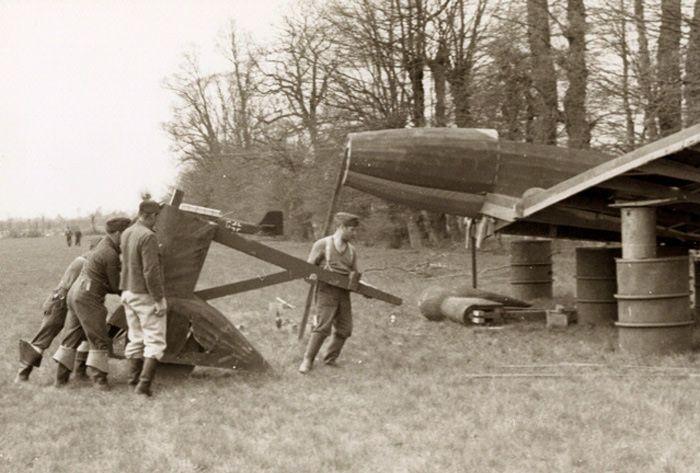 Строительство немцами бутафорского самолета на ложном аэродроме в Нидерландах