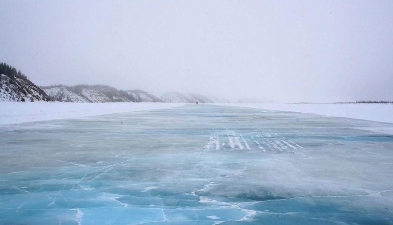 Ледяная дорога в Канаде