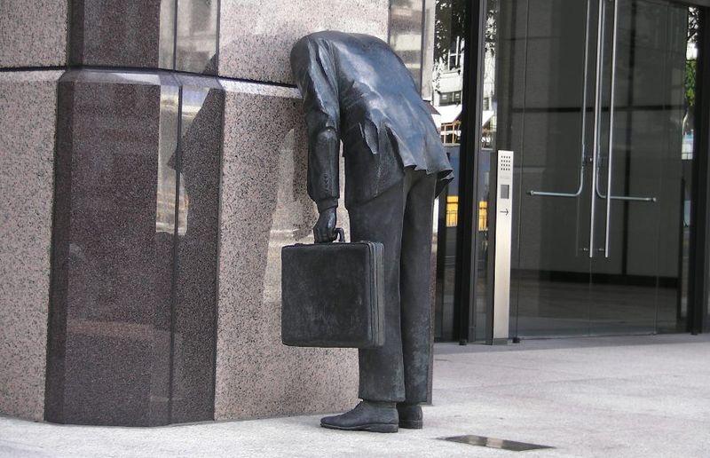 """Памятник """"Застрявший в стене клерк"""""""