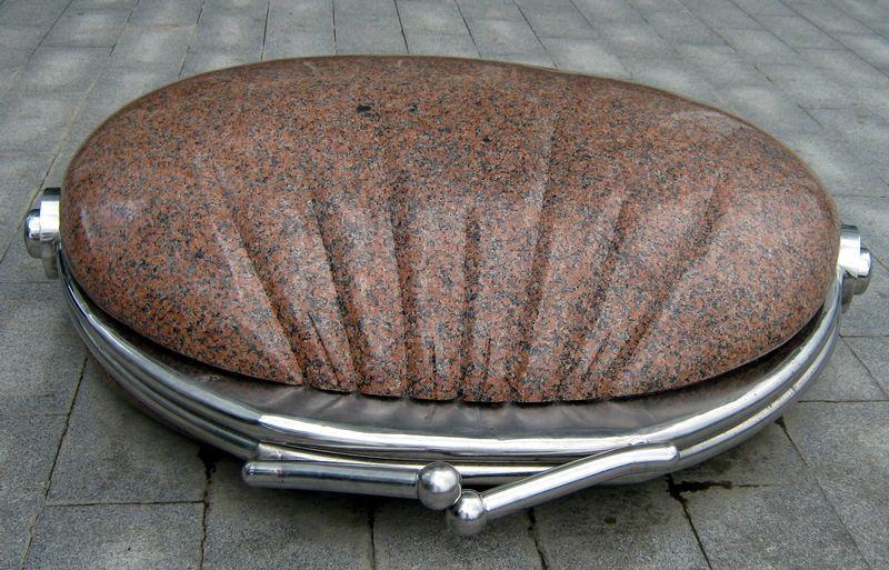 Памятник кошельку