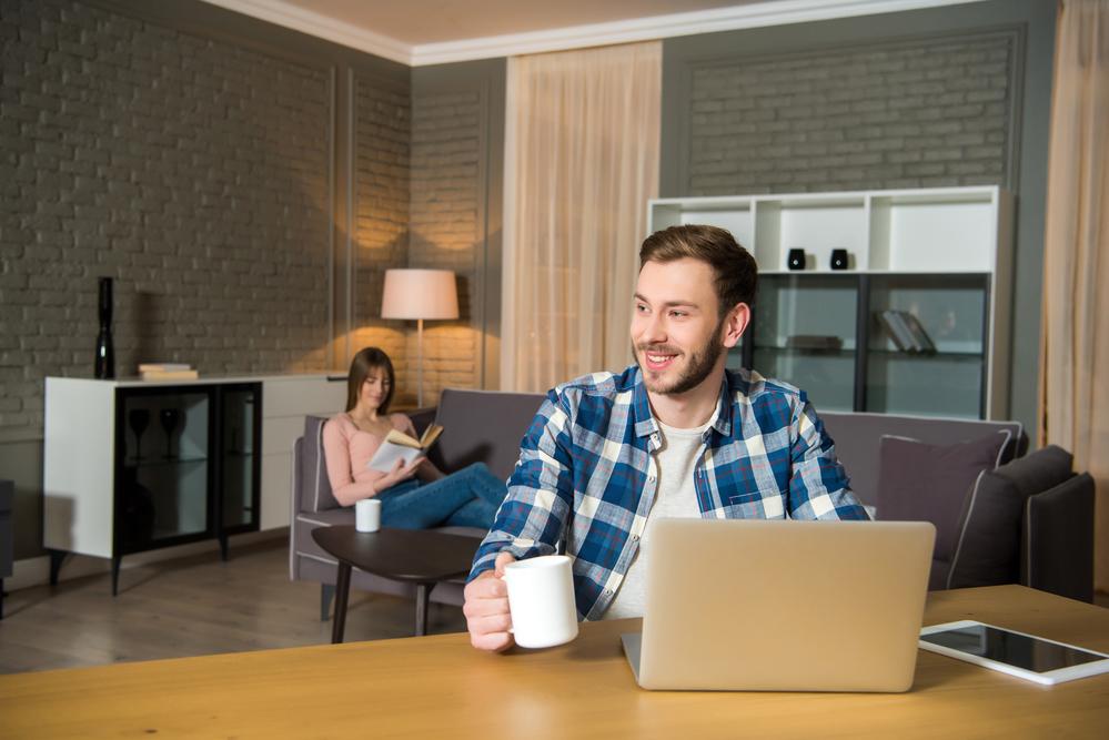мужчина и женщина в квартире