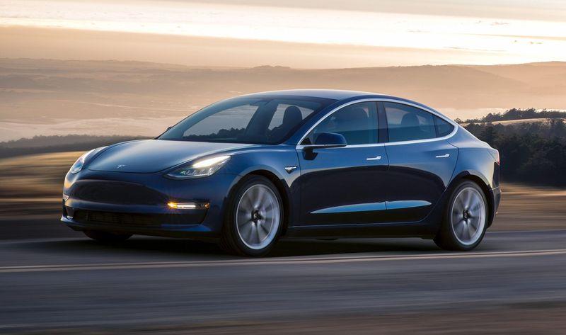 Электромобиль Tesla третья модель