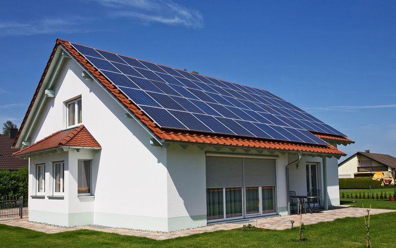 Солнечные панели на крыше частного дома