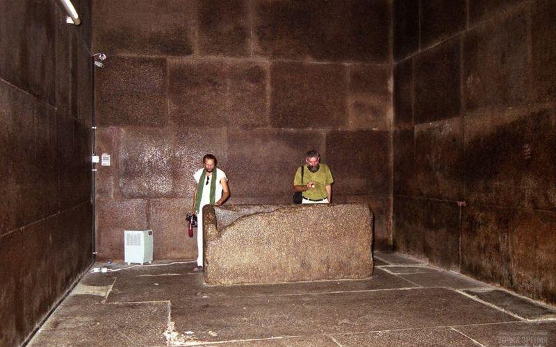 Гранитные плиты в комнате царя