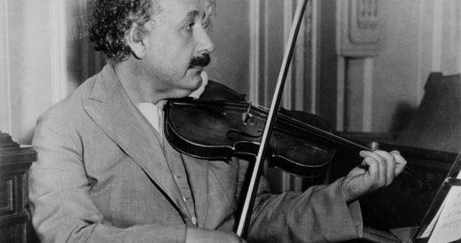Альберт Энштейн играет на скрипке